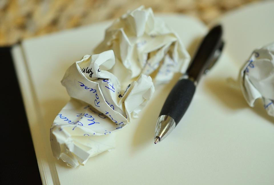 Foto van dagboek met pen en proppen papier