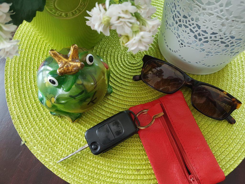 Autosleutel met zonnebril op tafel - foto bij 'Blij dat ik niet meer rij'