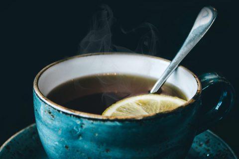 Close-up van blauwgroene kop thee met lepeltje en schijfje citroen - uitgelichte afbeelding bij 'Aanstormende herfst'