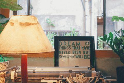 Typmachine voor het raam - uitgelichte afbeelding bij Schrijven, of je leven