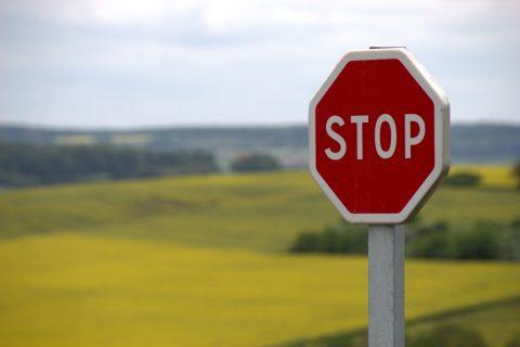 Stopbord in groene omgeving - uitgelichte afbeelding ter illustratie bij 'Blij dat ik niet meer rij'